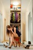 Jeune femme essayant différents genres de chaussures images stock