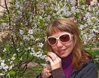 Jeune femme et arbre dans la fleur images stock