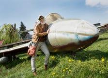 Jeune femme et avion image stock