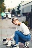 Jeune femme et bouledogue français Photos libres de droits