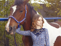 jeune femme et cheval de beauté Photo libre de droits