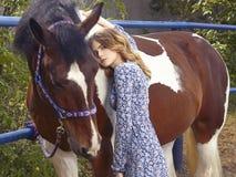 jeune femme et cheval de beauté Photo stock