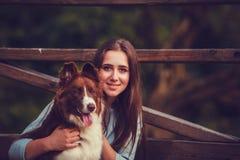 Jeune femme et chien de border collie Images stock
