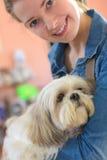 Jeune femme et chien de portrait dans le magasin d'animal familier Photographie stock