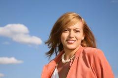 Jeune femme et ciel image stock