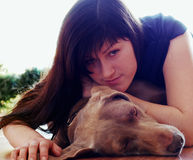 Jeune femme et crabot Image stock