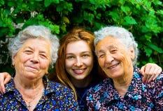 Jeune femme et deux dames aînées image stock