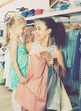 Jeune femme et fille dans le magasin de vêtements Image libre de droits