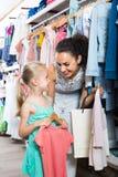Jeune femme et fille dans le magasin de vêtements Photo stock