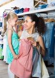 Jeune femme et fille dans le magasin de vêtements Photographie stock