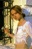 Jeune femme et frontière de sécurité de stationnement Image stock