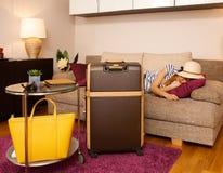 Jeune femme et grande valise Images stock