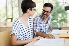 Jeune femme et homme étudiant pour un examen Photo libre de droits