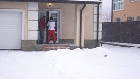 Jeune femme et homme barbu marchant sur l'arrière-cour vers la maison, tenant des mains Les couples heureux ont un amusement en h banque de vidéos