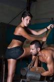 Jeune femme et homme dans l'usine Photo stock