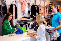 Jeune femme et homme dans la boutique de vêtements image stock
