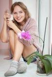 Jeune femme et lait. Photographie stock