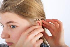 Jeune femme et sa prothèse auditive Photo libre de droits