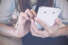 Jeune femme et smartphones Photos stock