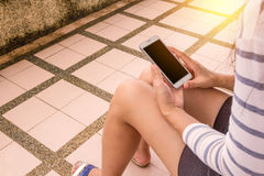Jeune femme et smartphones Image libre de droits
