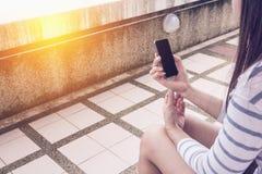 Jeune femme et smartphones Image stock