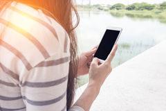 Jeune femme et smartphones Photos libres de droits