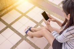 Jeune femme et smartphones Images stock