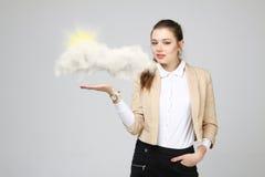 Jeune femme et soleil brillant par derrière les nuages, le calcul de nuage ou le concept de temps Photos stock