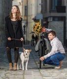 Jeune femme et son chien étonnés à sa date Photos stock