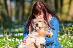 Jeune femme et son chien entre les thimbleweeds Photo libre de droits