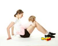 Jeune femme et son descendant faisant des exercices de sport Photos stock
