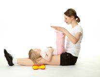 Jeune femme et son descendant faisant des exercices de sport Photo libre de droits