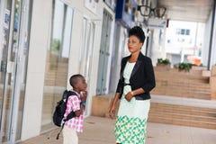 Jeune femme et son enfant sur le chemin d'instruire images stock
