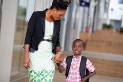Jeune femme et son enfant sur le chemin d'instruire photos libres de droits