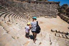 Jeune femme et son fils au théâtre Images stock