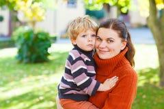 Jeune femme et son petit garçon d'enfant en bas âge Photographie stock