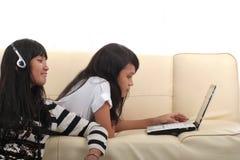 Jeune femme et technologie Photos libres de droits