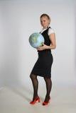 Jeune femme et un globe Photographie stock