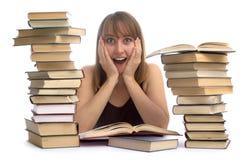 Jeune femme et une pile des livres Photo libre de droits