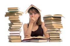 jeune femme et une pile des livres Photos libres de droits