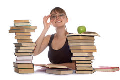 Jeune femme et une pile des livres Images stock