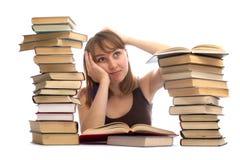Jeune femme et une pile des livres Image stock