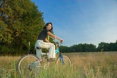Jeune femme et vélo Photos stock