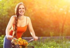 Jeune femme et vélo photographie stock