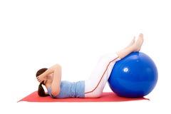 Jeune femme exécutant des exercices de forme physique Photo stock