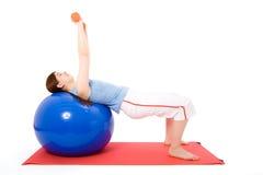 Jeune femme exécutant des exercices de forme physique Photos stock