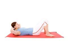 Jeune femme exécutant des exercices de forme physique Photo libre de droits