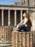 Jeune femme examinant la lumière Photo libre de droits
