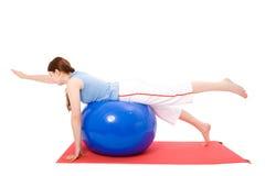 Jeune femme exécutant des exercices de forme physique Photographie stock libre de droits