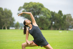 Jeune femme exerçant l'aérobic en parc Image libre de droits